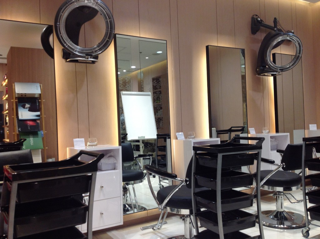 Salon's Main Area Equipped with Modern Equipment and Technology Pic 4_re