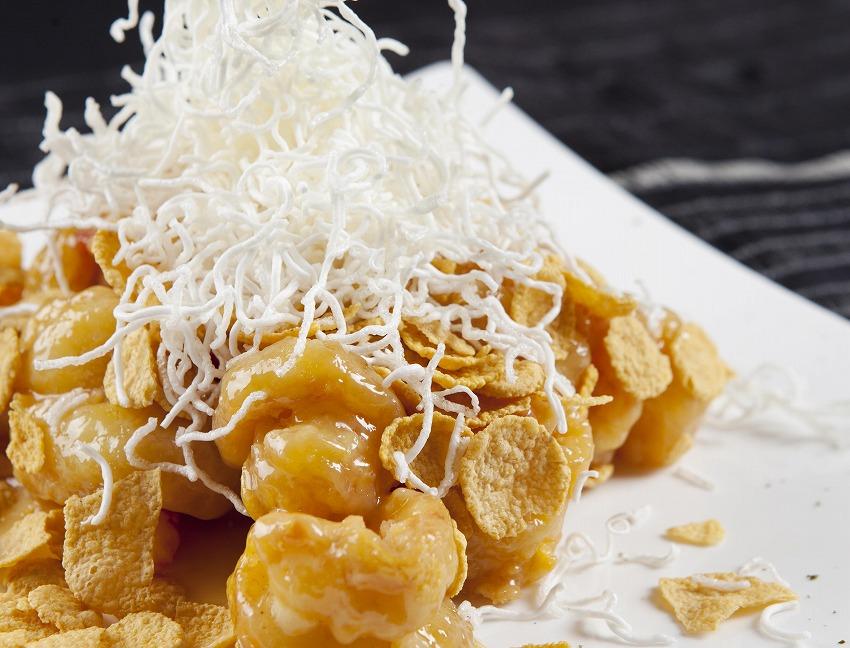Crisp-fried_shrimp_with_mayonnaise_and_corn_flakes